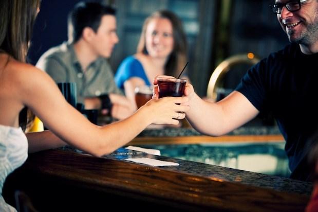 10 Tips for Effectively Hitting on a Bartender